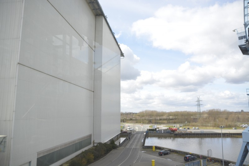 Siehst Du die Kante der Halle? Das ist das Tor, aus dem die Ozeanriesen aus der Halle fahren in der Meyer-Werft Papenburg