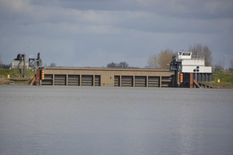Aus der Schleuse fahren die Ozeanriesen der Meyer-Werft auf die Ems in Papenburg