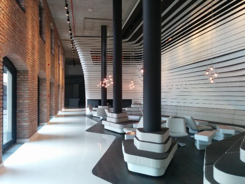Toll gestaltete Lobby im Radisson Blu Belgrad