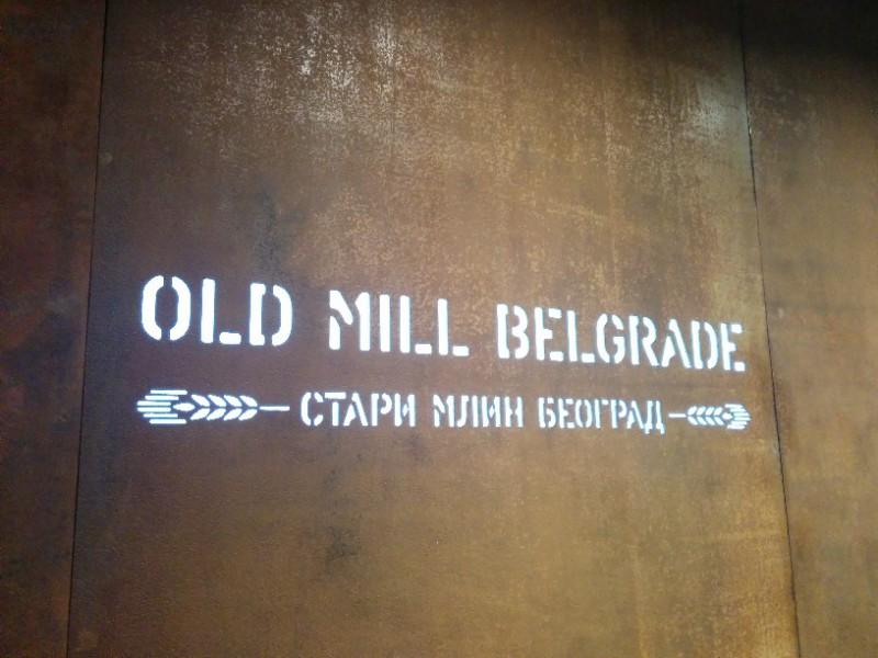 Hinter der offenen Rezeption im Radisson Blu Belgrad