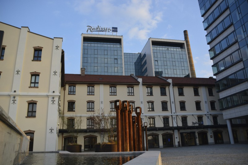 Der Blick auf das Radissin Blu Belgrad vom Vorplatz aus