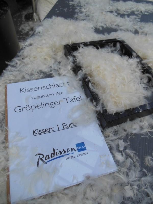Spenden für Kissen gab es für die Gröpelinger Tafel bei der Kissenschlacht vor dem Radisson Blu Bremen