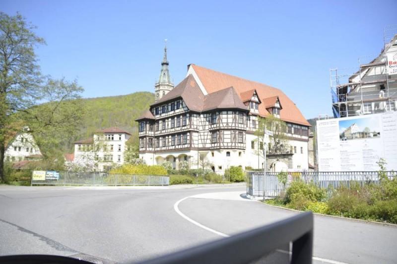 Ein Blick zurück auf das Residenzschloss Bad Urach bei der Ausfahrt mit AVIS