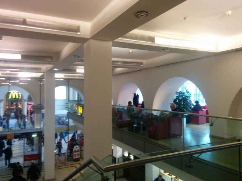 Blick von außen auf den linken Teil der DB Bahn Lounge Hannover Hauptbahnhof