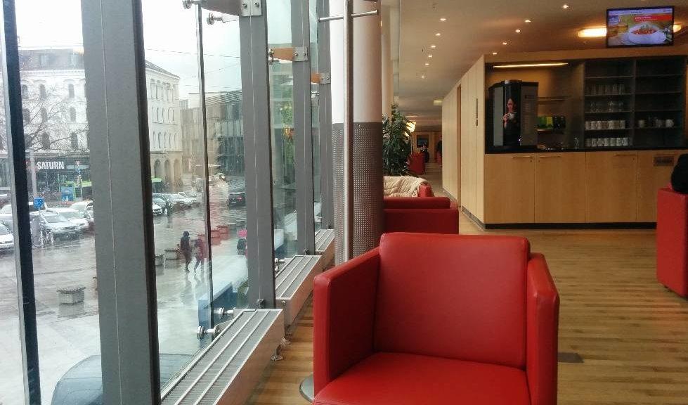 Platz am Fenster in der DB Bahn Lounge Hannover Hauptbahnhof