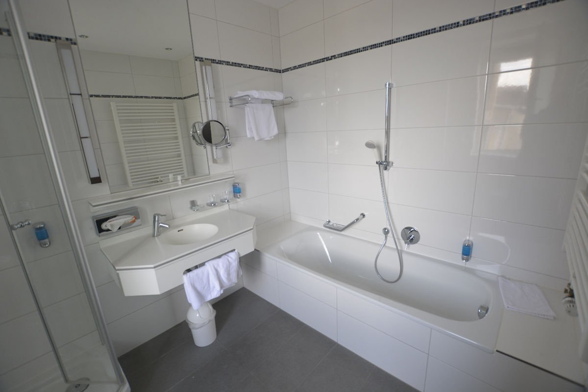 Das Bad mit Badewanne im Ringhotel Loew' Merkur Nürnberg