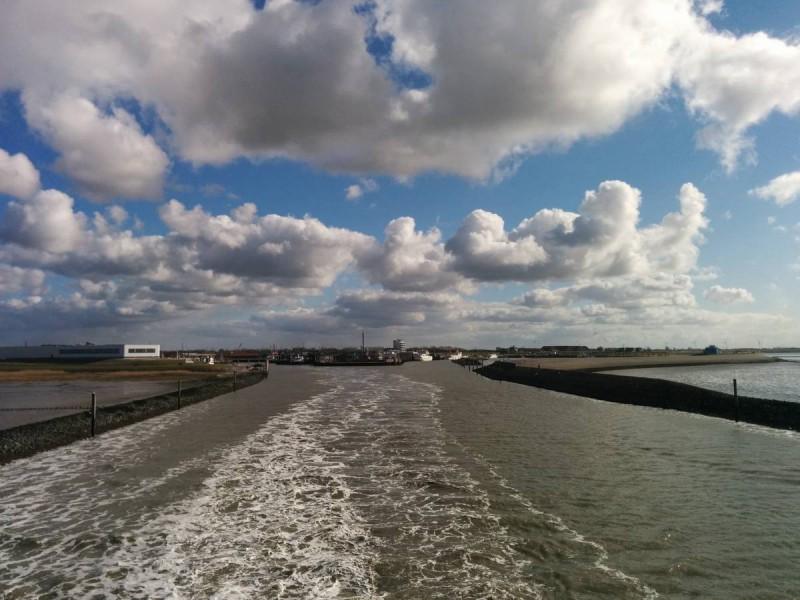 Ein Blick zurück auf den Hafen Norddeich Mole auf dem Weg nach Norderney