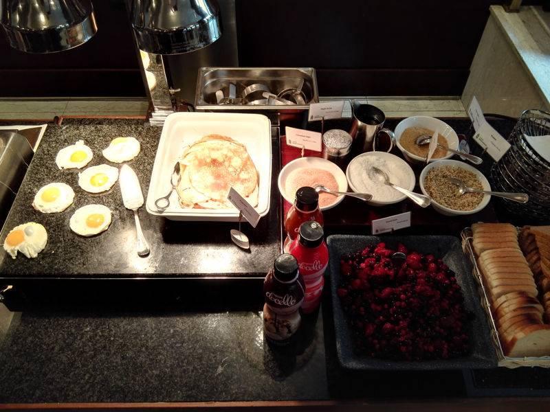 Frische Pancakes und Eier zum Frühstück im Radisson Blu Alcron Hotel Prag