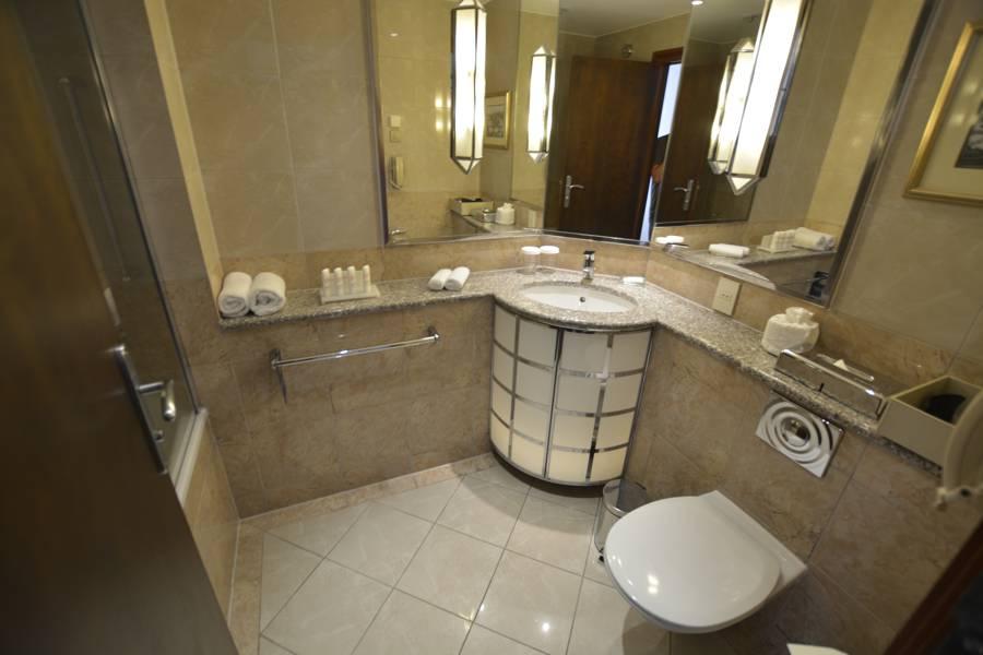 Blick ins Bad des Radisson Blu Alcron Hotel Prag