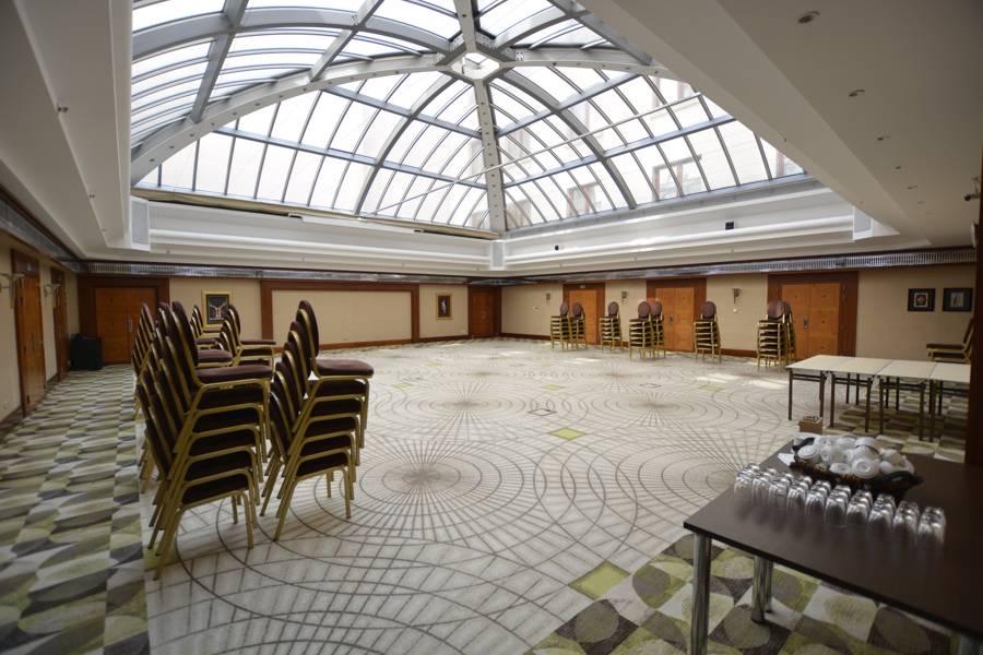Der große Veranstaltungsaal mit seiner Lichtkuppel im Hotel Radisson Blu Alcron Prag