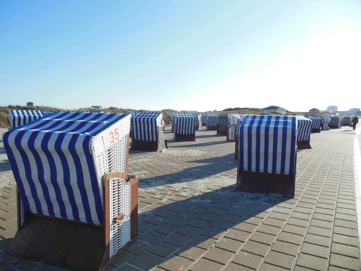 Einsame Strandkörbe am Abend auf Norderney