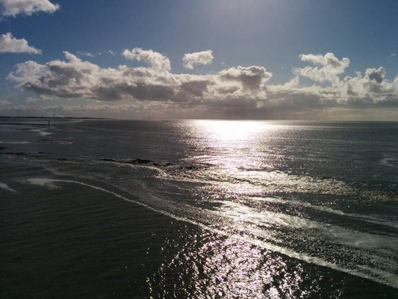 Das Watt ist zu erahnen auf dem Weg nach Norderney