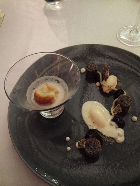 Mohn mit Pflaumen und Eis als Dessert im Michelin Stern prämierten Restaurant The Alcron im Radisson Blu Prag