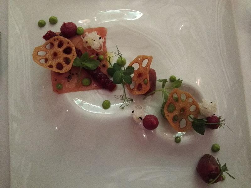 Thunfisch mit Tapioka, Daikon und Petersilienmayonaise im Restaurant The Alcron im Radisson Blu Prag