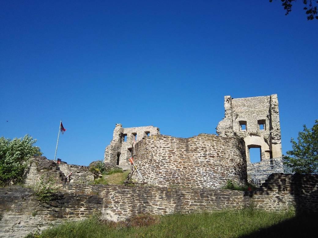 Burgruine der Grafen von Sponheim in Kastellaun als Beginn der etappe 21 des Saar-Hunsrück-Steigs