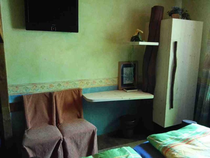 Kleiner Schrank, TV, kleiner Schreibtisch in der Schmausemühle