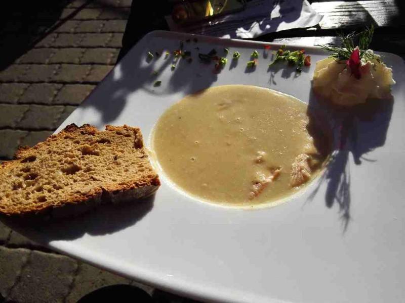 Kartoffelsuppe mit frischer Forelle und selbst gebackenem Brot in der Schmausemühle, Gastgeber auf dem Saar-Hunsrück-Steig