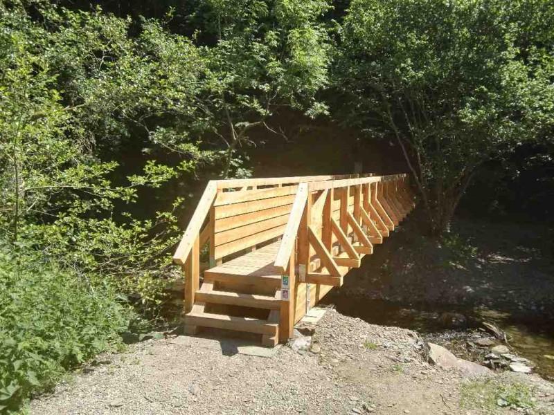 Niegelnagel neue Brücke, die noch herrlich nach Holz riecht auf dem Saar-Hunsrücksteig von der Schmausemühle nach Morshausen