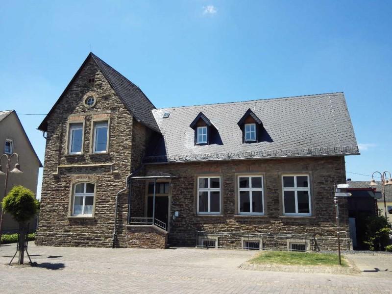 Schönes Haus in Morshausen (ehemalige Schule?), Ausgangspunkt der Traumschleife Murscher Eselsche und Etappenziel des Saar-Hunsrück-Steigs
