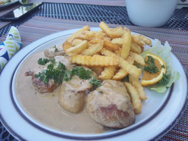 Schweinemedailllons in Rahmsosse mit Pommes im Gasthaus Schmitt Morshausen - Gastgeber auf dem Saar-Hunsrück-Steig