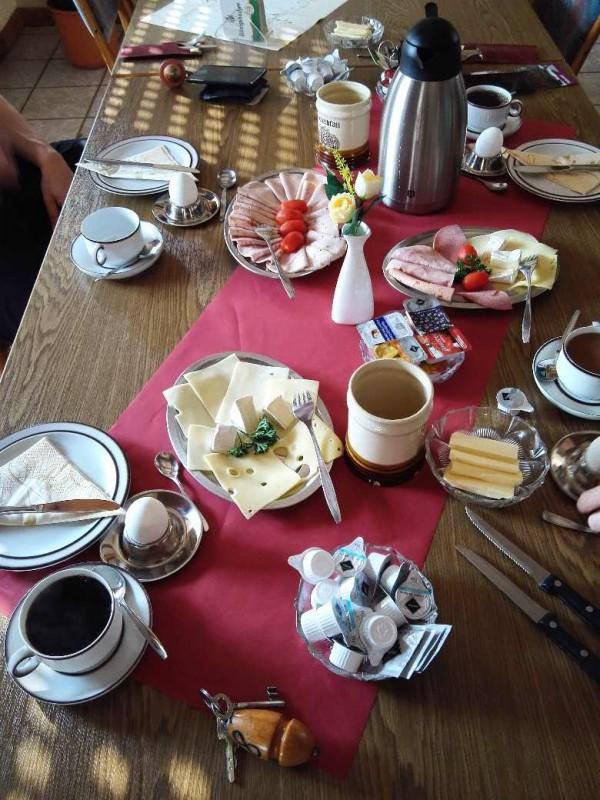 Frühstück, klein, aber ok im Gasthaus Schmitt in Morshausen auf dem Saar-Hunsrück-Steig