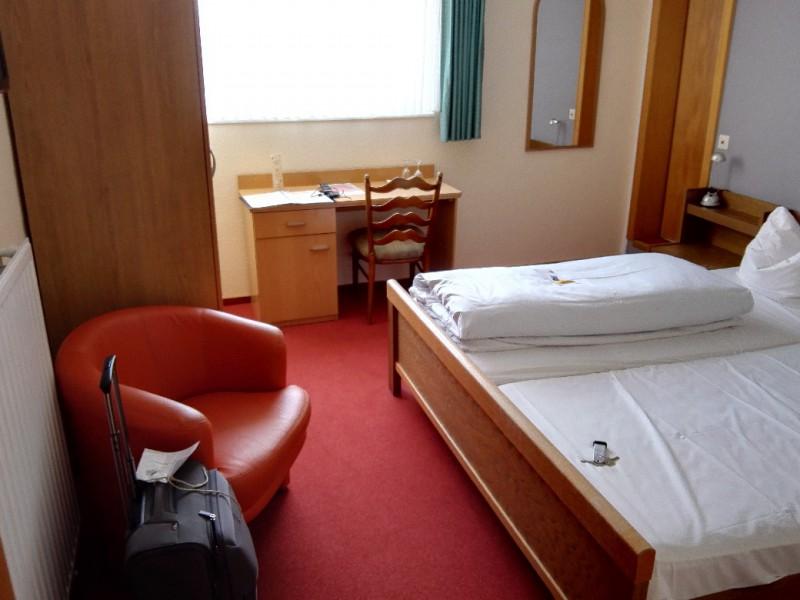 """Mein erster Blick in mein Zimmer im Landhotel """"Zur Katz"""", mein Gastgeber der letzten Nacht auf dem Saar-Hunsrück-Steig"""