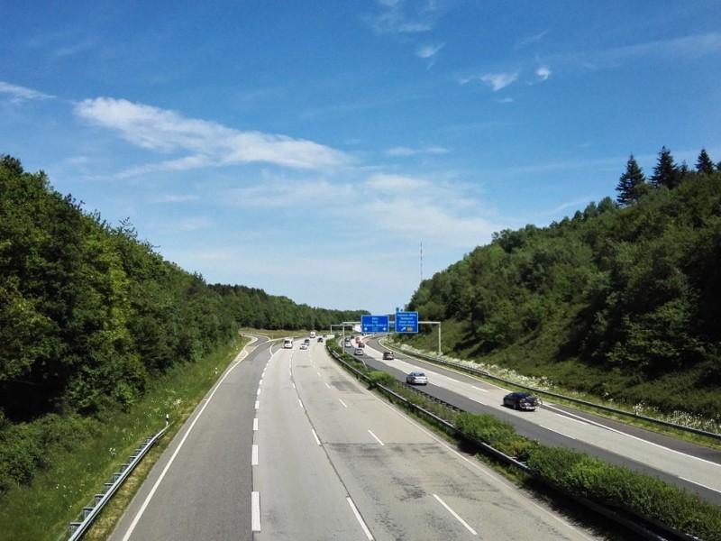 Kurzer Blick auf die Autobahn , die wir auf dem Saar-Hunsrück-Steig auf dem Weg nach Boppard überqueren