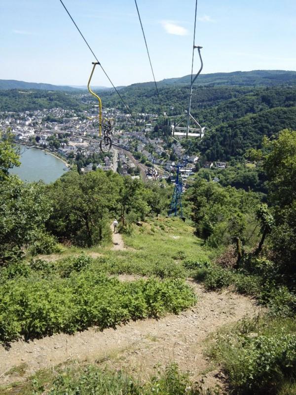 Steiniger, anstrengender Weg nach unten Richtung Boppard auf dem Saar-Hunsrück-Steig, darüber die Seilbahn