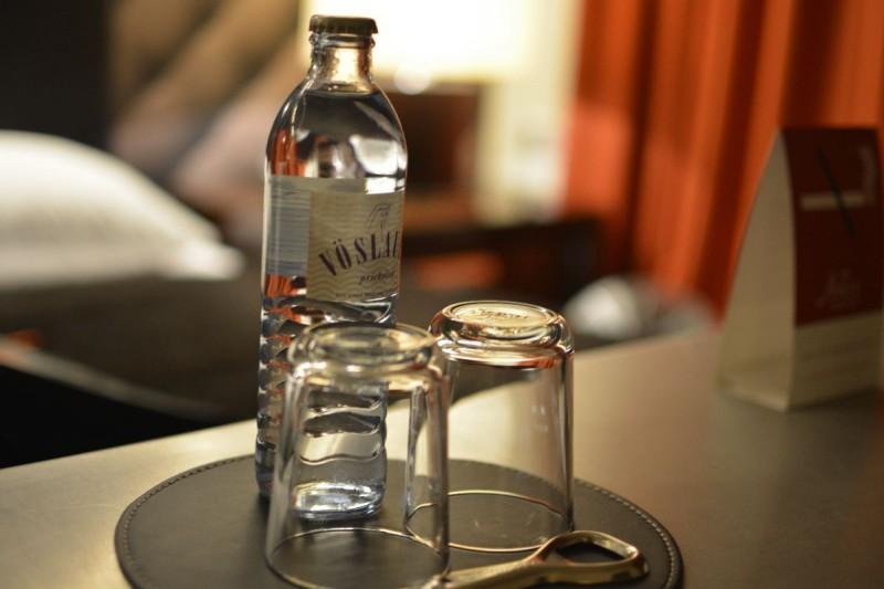 Kostenfreies Wasser auf dem Schreibtisch im Hotel Adele Berlin