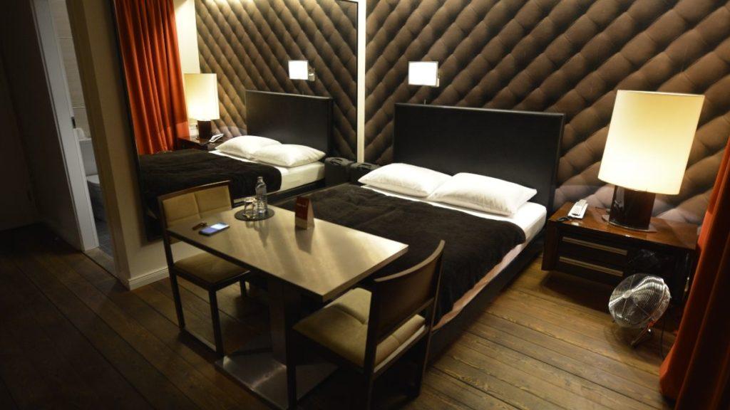 Blick auf Schreibtisch und Bett im Design Hotel Adele in Berlin Fridrichshain