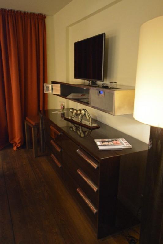 Kommode und TV samt Wandregal mit Safe im Design Hotel Adele Berlin