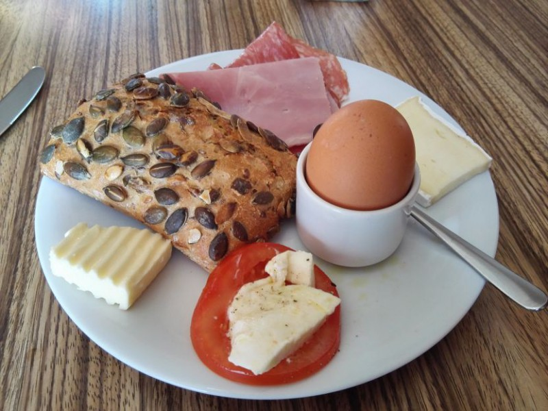 Einer meiner Frühstücksteller im Design Hotel Adele Berlin