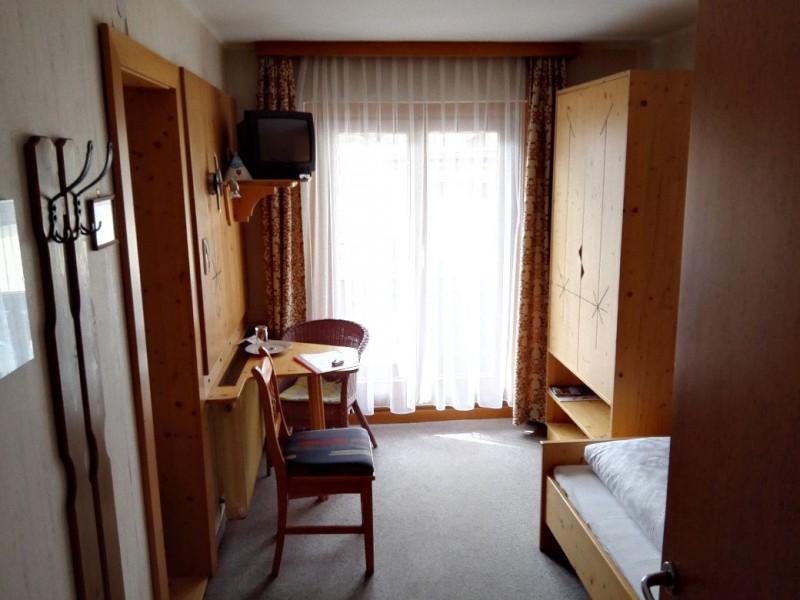 Erster Blick in mein Zimmer Nr. 5 in der Pension Lachmayr in kaprun