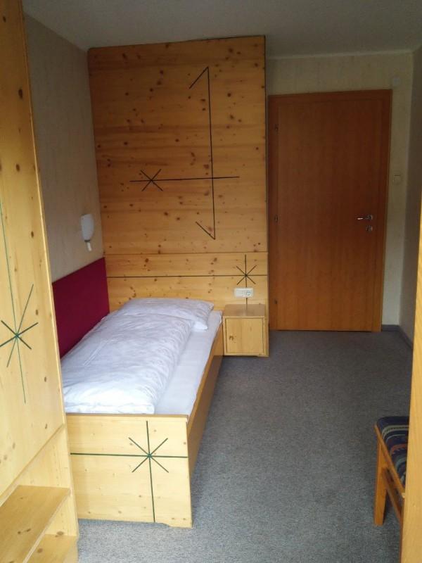 Blick ins Zimmer von der Balkontüre her in der pesion Lachmayr Kaprun