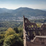 Blick vom Turm runter zum Rest der Ruine Altes Schloß Hosenboden und gen Baden-Baden