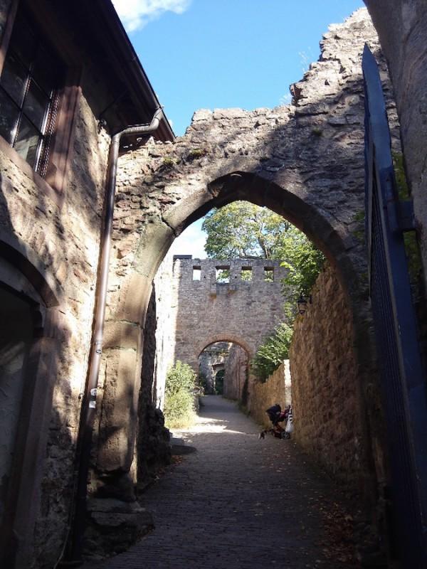 Ein erster Blick ins die Ruine des Alten Schloß Hohenbaden oberhalb von Baden-Baden