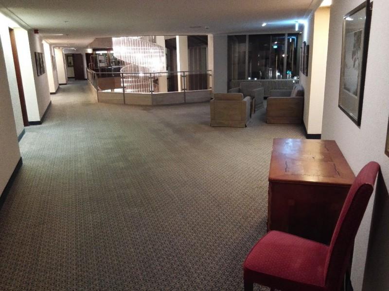 Der erste Stock oberhalb der Lobby im Hotel Radisson Blu Baden-Baden
