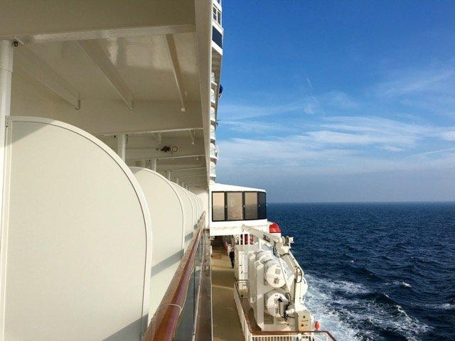 Blick entlang der Norwegian Escape auf der Nordsee.