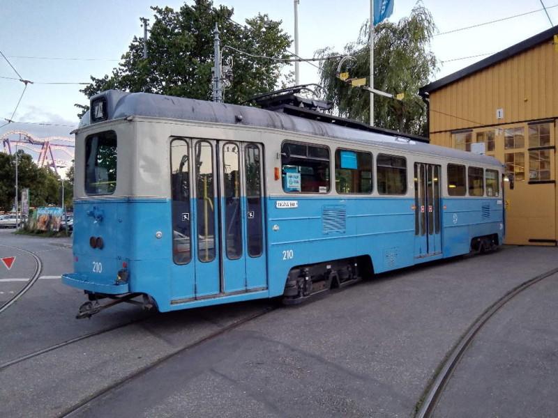 Alte Strassenbahn vor dem Depot in Stockholm