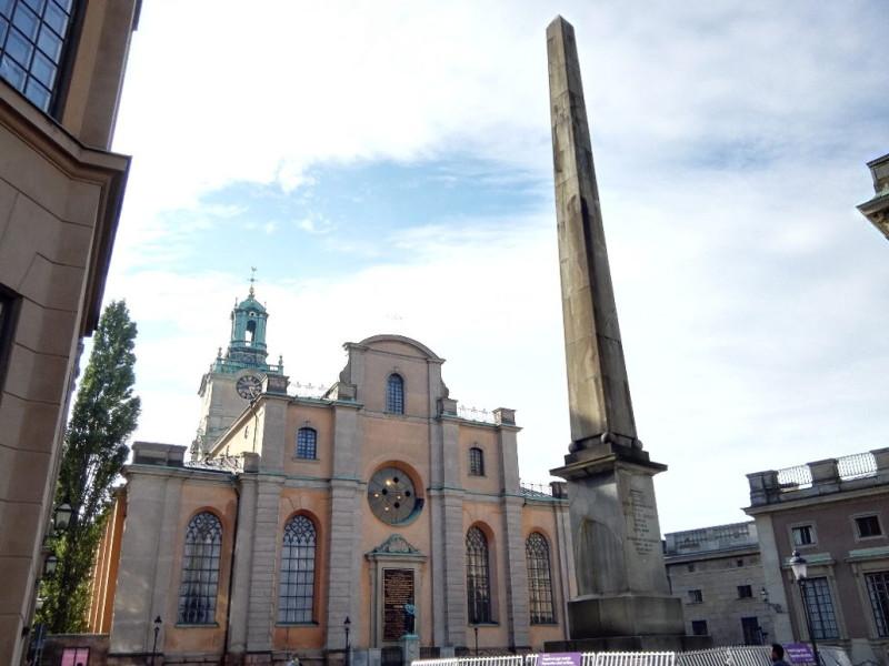 Obelisk at Slottsbacken und Stockholmer Dom Storkyrkan (auch Nikolaikiche genannt) in Stockholm Gamla Stan