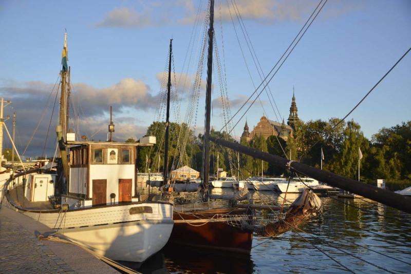 Schiffe vor dem Nordischen Museum in Stockholm