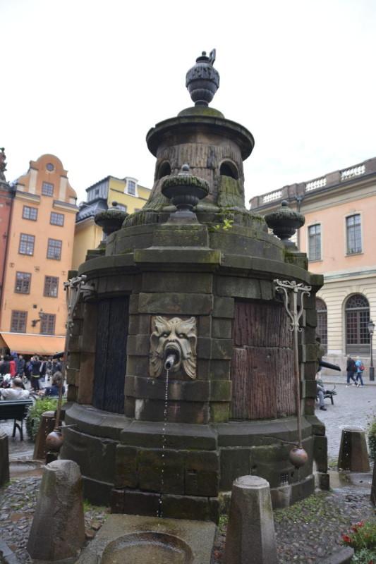 Der Stortorgsbrunnen auf dem Marktplatz Stortorgets in Stockholm