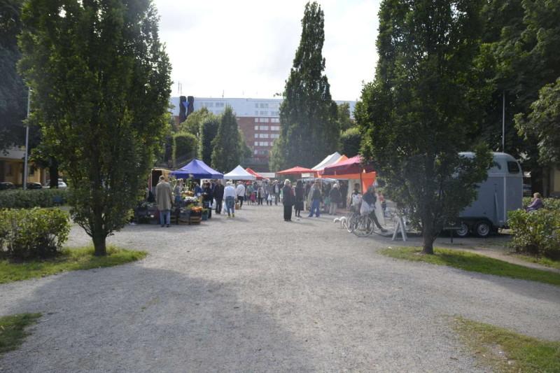 Blick zurück auf den kleinen Markt im Tessinparken in Stockholm