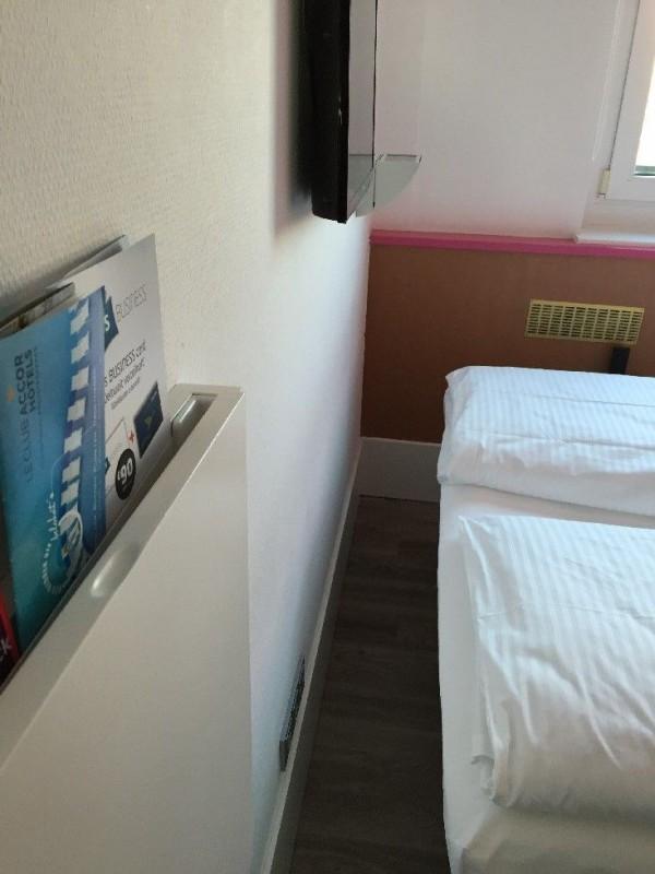20 cm? Höchstens, oder? Der Abstand zwischen Bett und Wand im ibis styles Köln...