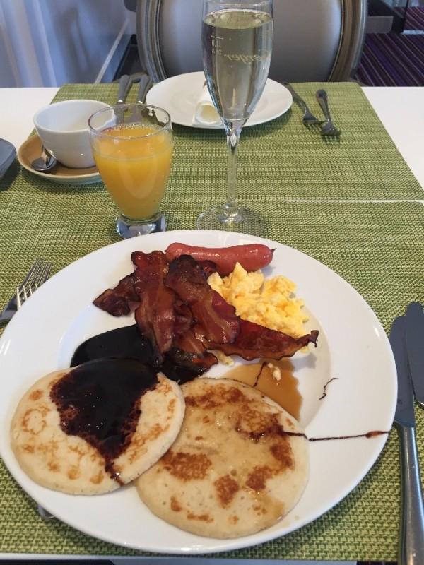 Mein erster Frühstücksteller: Pancakes mit Schokososse, Eier, Speck und Würste im Hotel Steigenberger Herrenhof Wien