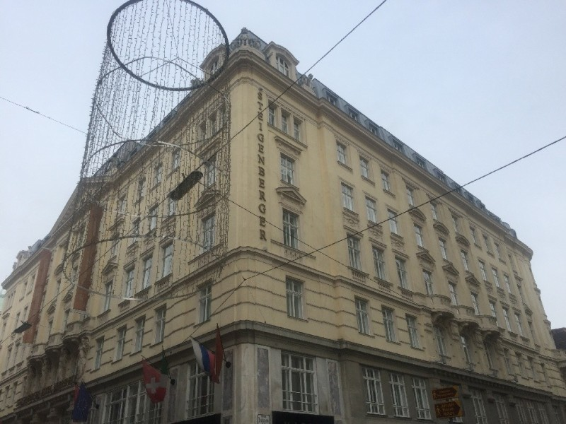 Das Hotel Steigenberger Herrenhof Wien von der Hofburg aus kommend