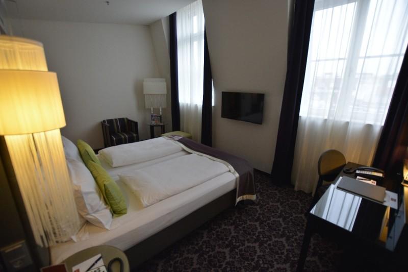 Blick in mein Zimmer von der Minibar her im Hotel Steigenberger Herrenhof Wien
