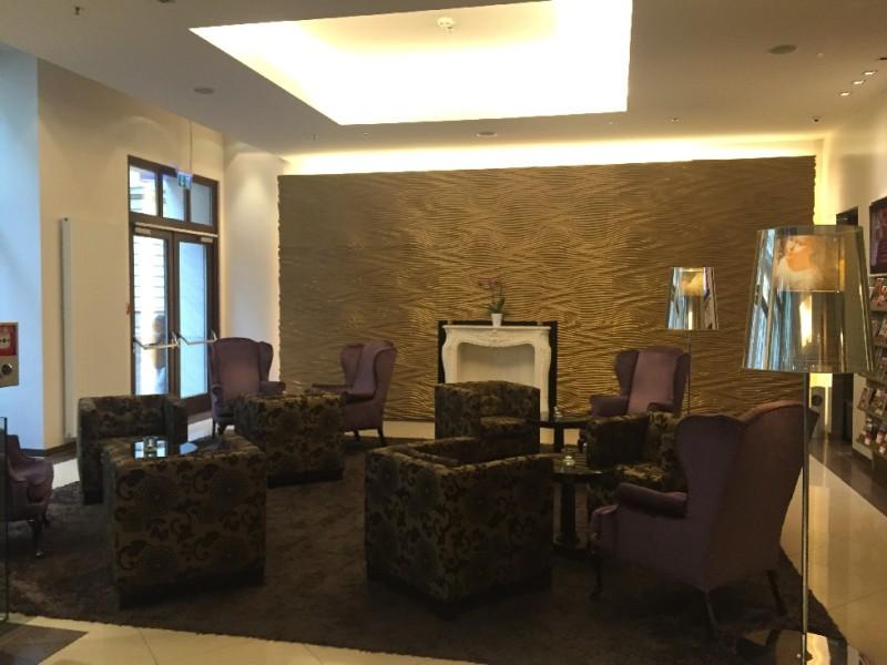 Ein Blick in die gemütliche Lobby des Steigenberger Herrenhof Wien