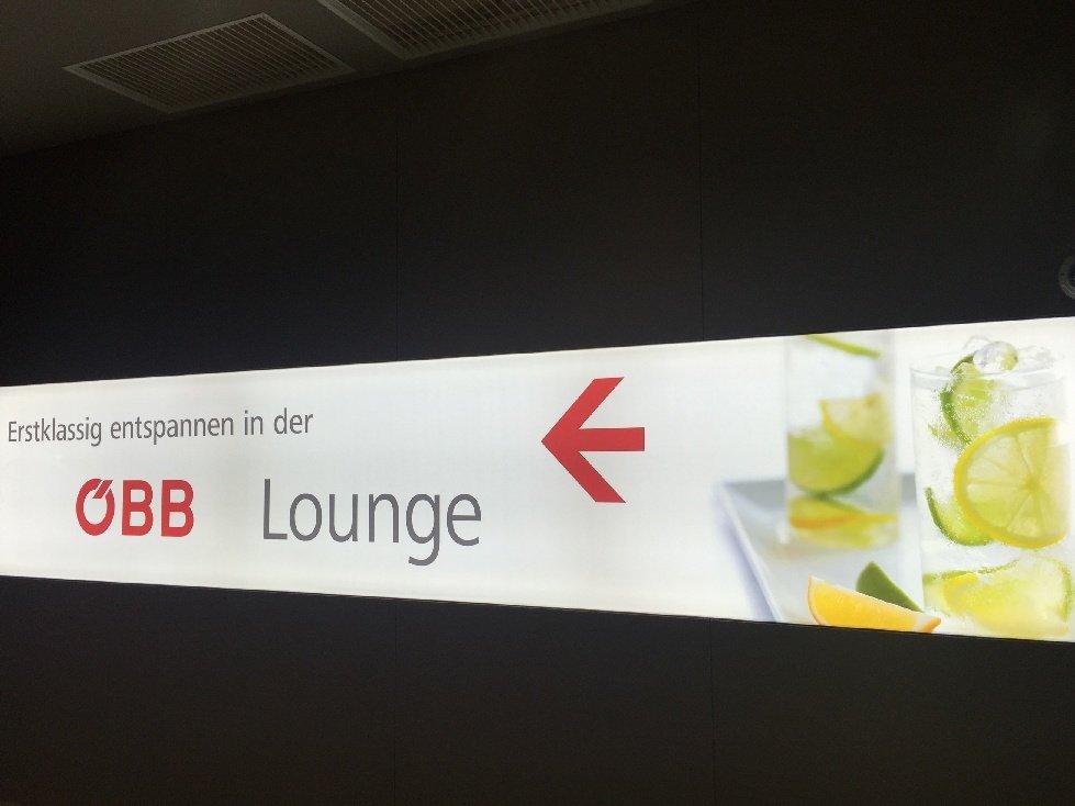 Schriftzug vor dem Eingang der ÖBB Lounge im Wiener Hauptbahnhof