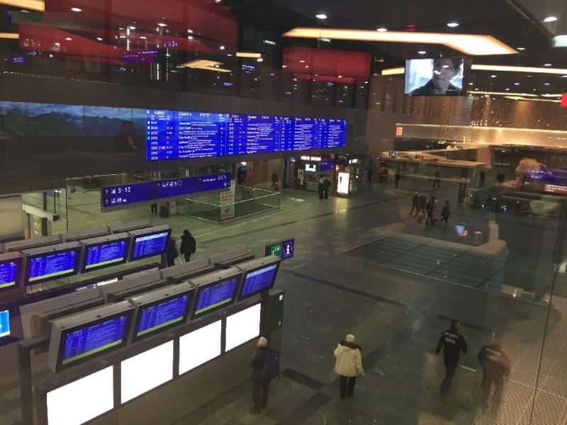 Blick aus dem Fenster der ÖBB Lounge in die Bahnhofshalle des Wiener Hauptbahnhofs